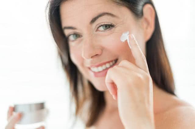 Substância feita com óleo de coco promete rejuvenescer a pele do rosto