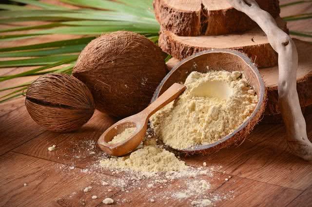 Aprenda como fazer, em casa, a saudável farinha de coco
