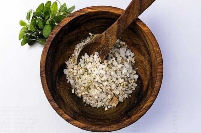 Faça esfoliação da pele sem sair de casa usando sal grosso