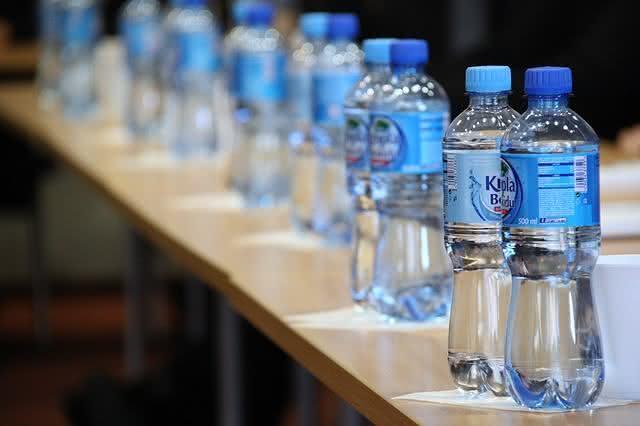 o-que-nao-deve-faltar-nas-suas-compras-para-uma-vida-saudavel agua