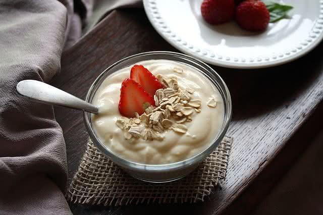 o-que-nao-deve-faltar-nas-suas-compras-para-uma-vida-saudavel iogurte