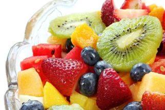 Conheça a receita de salada quente de frutas na calda de vinho