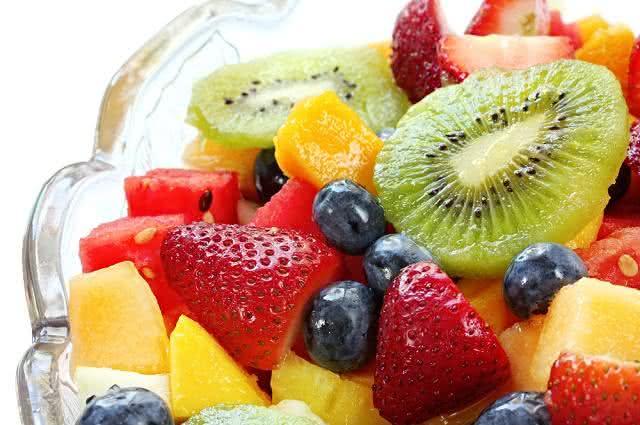 Receita de salada quente de frutas na calda de vinho