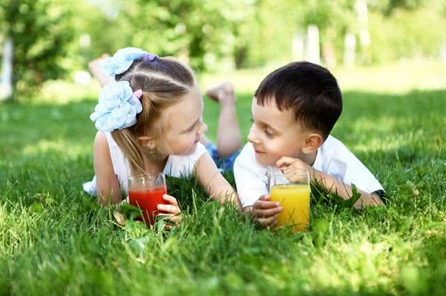 Sucos energéticos para a criançada tomar durante as férias