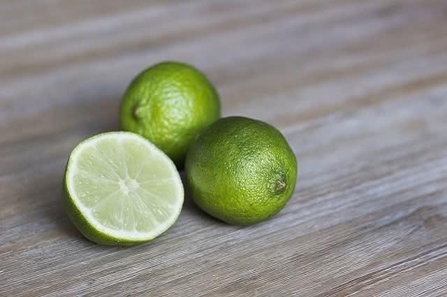 Truques com limão para remover o ferrugem das roupas
