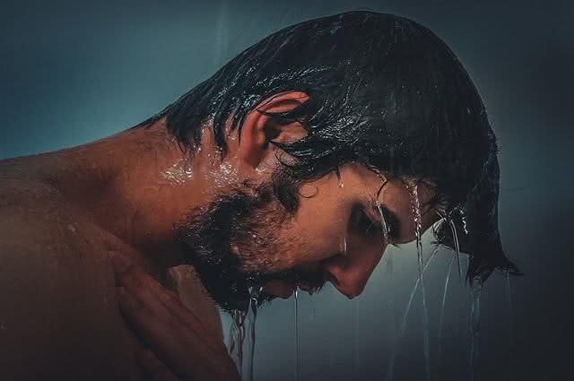 Água quente ou fria: qual usar no cabelo?