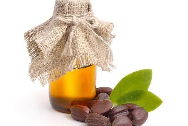 Qual o jeito certo de usar óleo de jojoba no rosto?