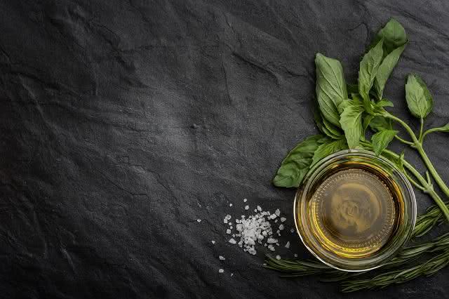 Saiba como preparar óleo de manjericão em sua casa