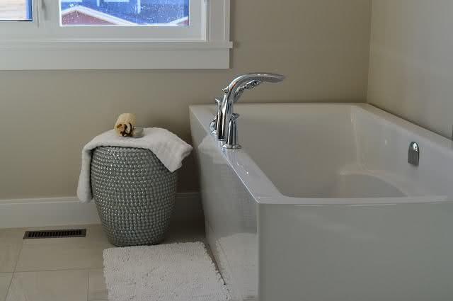 8-formas-de-limpar-a-casa-em-um-piscar-de-olhos-aprenda-banheira