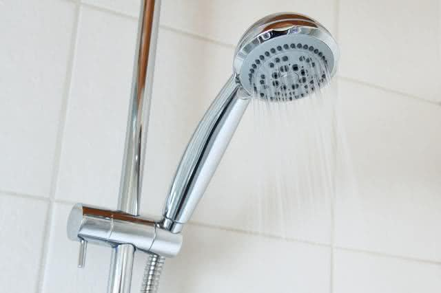 8-formas-de-limpar-a-casa-em-um-piscar-de-olhos-aprenda-chuveiro