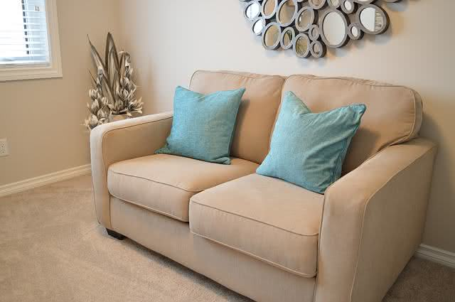 8-formas-de-limpar-a-casa-em-um-piscar-de-olhos-aprenda-sofa