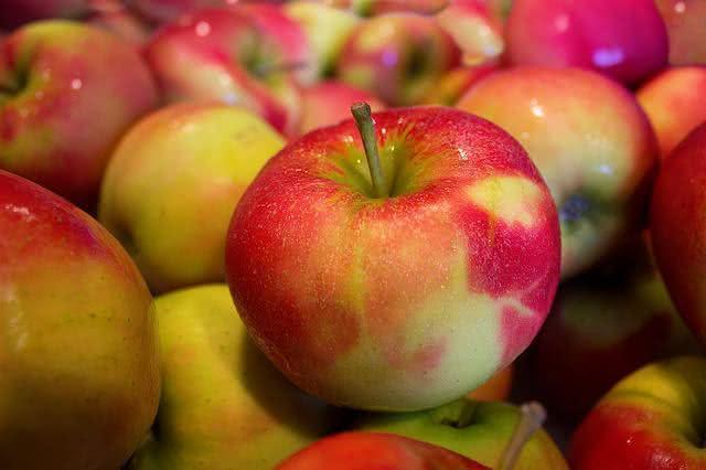 as-frutas-podem-te-ajudar-a-eliminar-o-acido-urico-do-corpo-maca