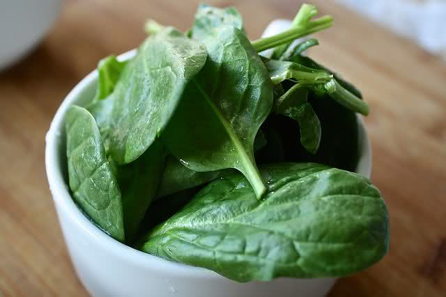 alerta-alimentos-que-se-requentados-podem-causar-danos-a-saude-espinafre