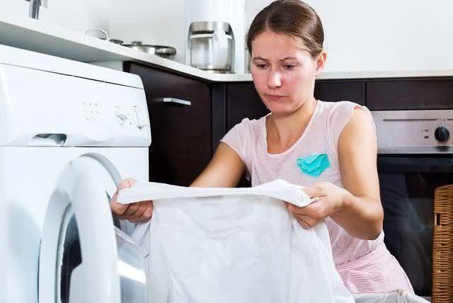 Aprenda como remover mancha de mofo das roupas