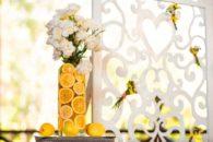 Arrase na decoração: adorne o vaso de flores com rodelas de laranja