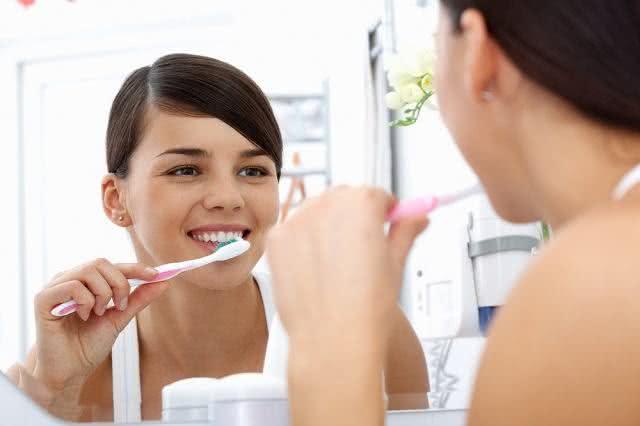 Cuidados ao escovar os dentes depois da extração do siso
