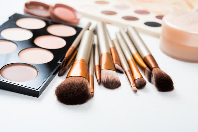 Higienize pincéis de maquiagem com apenas dois ingredientes
