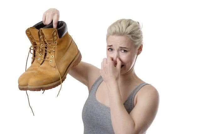 Mau cheiro nos pés? Aprenda algumas soluções caseiras