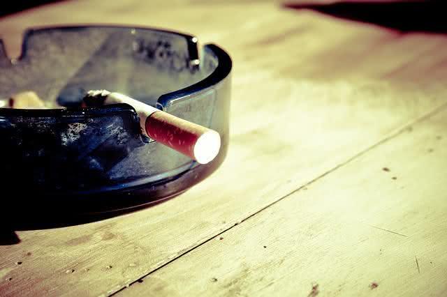 medico-da-dicas-infaliveis-de-como-evitar-a-caspa-no-couro-cabeludo-cigarro