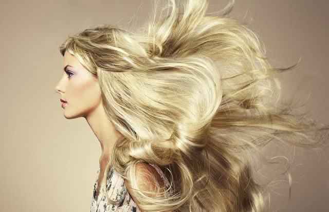 Receita com soro fisiológico promete cabelos mais brilhosos