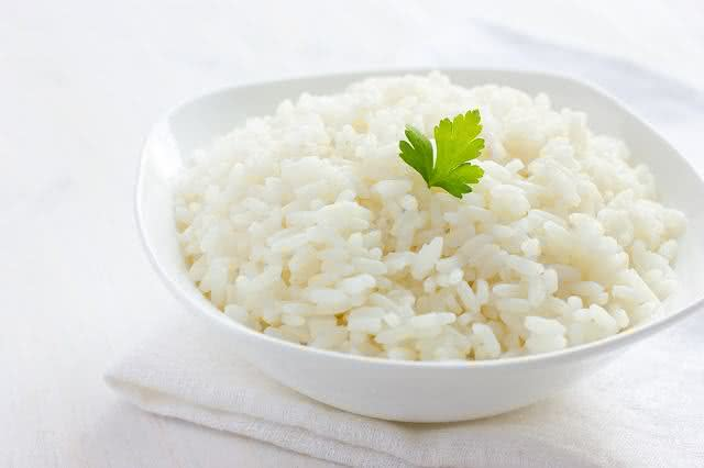 Saiba como preparar arroz deixando-o menos calórico