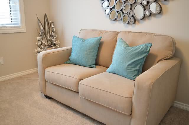 9-dicas-praticas-e-baratas-para-facilitar-a-limpeza-na-sua-casa-sofa