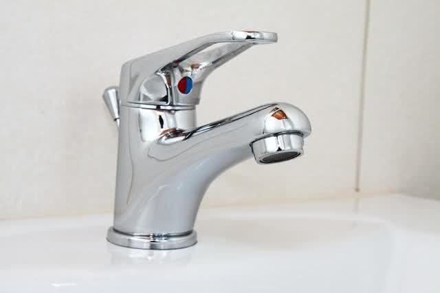 9-dicas-praticas-e-baratas-para-facilitar-a-limpeza-na-sua-casa-torneira