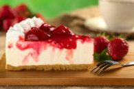 Aprenda a fazer um cheesecake mais cremoso com iogurte