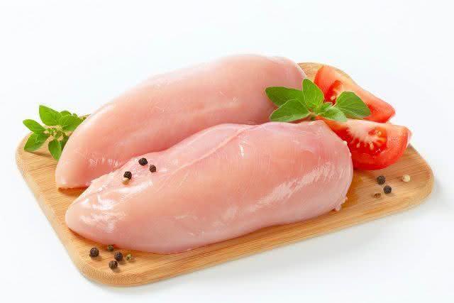 Costuma lavar o frango? Saiba que isso pode trazer danos a saúde