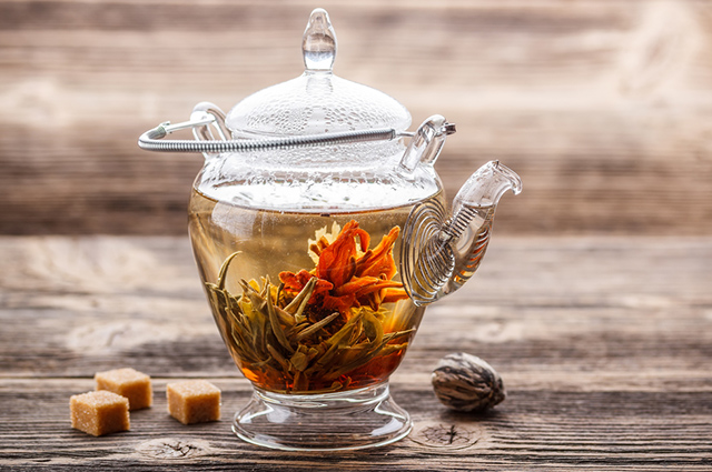 O chá de florescência combina folhas verdes e flores de plantas, sendo da mesma espécie ou não