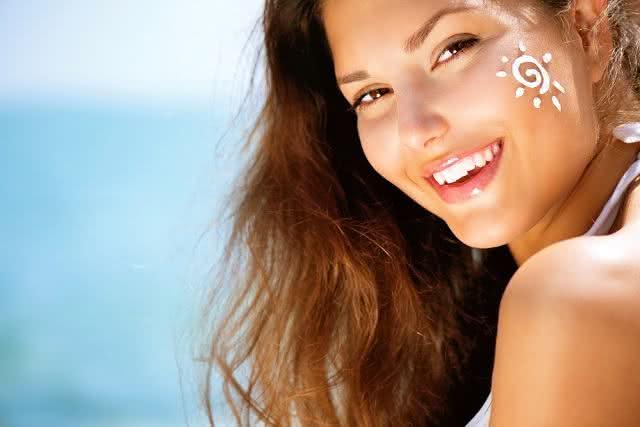 Mulher com pele saudável e bonita.
