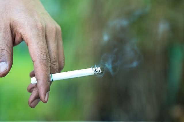Cigarro aceso.