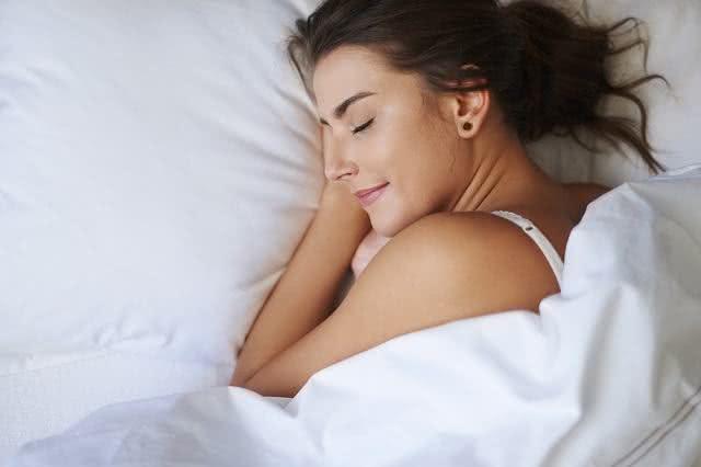 Imagem de mulher dormindo.