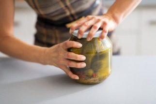 Abra potes de vidro rapidinho com esse macete caseiro