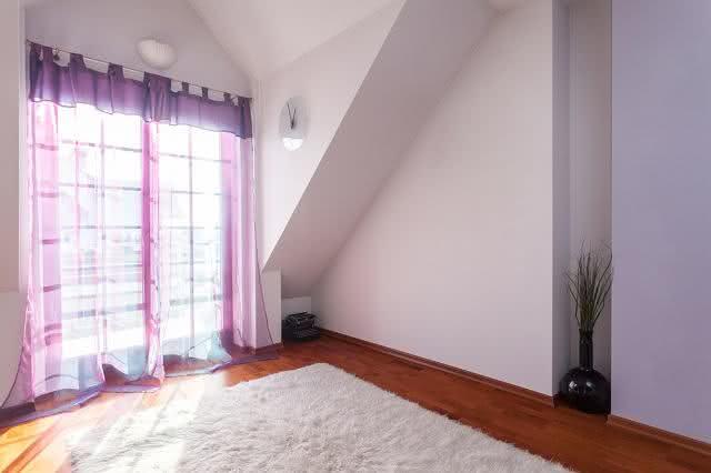 Aprenda macetes para limpar facilmente a cortina da sua casa