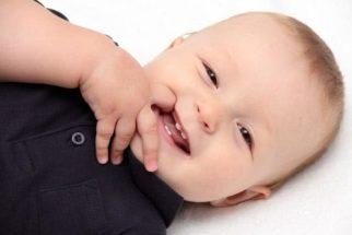 Bebês: saiba como aliviar dores e incômodos dos dentes nascendo