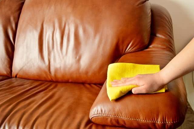 Como deixar o sofá de couro brilhando em apenas 4 etapas