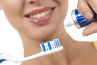 Tire 5 dúvidas sobre saúde bucal e aprenda a limpar escova de dentes
