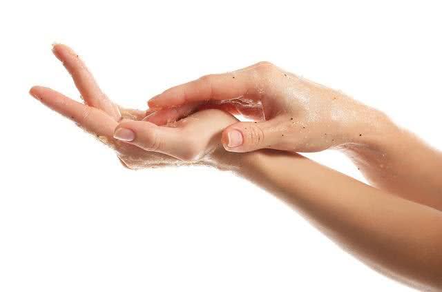 Especialista ensina receita rejuvenescedora para mãos, pele e pescoço