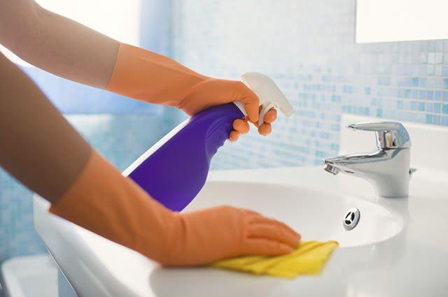 Esponja, desinfetante e luvas são itens que precisam estar sempre 'à mão' para a limpeza do banheiro