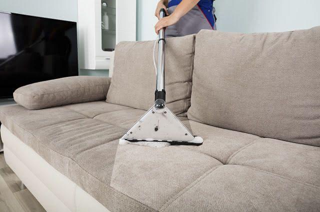 A melhor maneira de limpar sofás de tecido é usando o aspirador de pó.