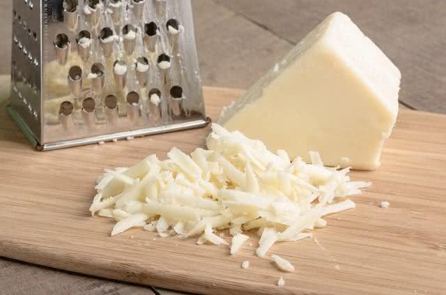 Limpe facilmente o ralador de queijo seguindo esse truque