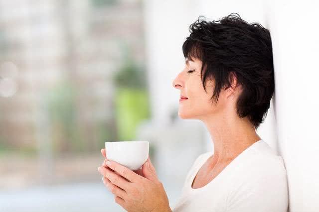 Menopausa: receita de chá com ervas variadas trata sintomas