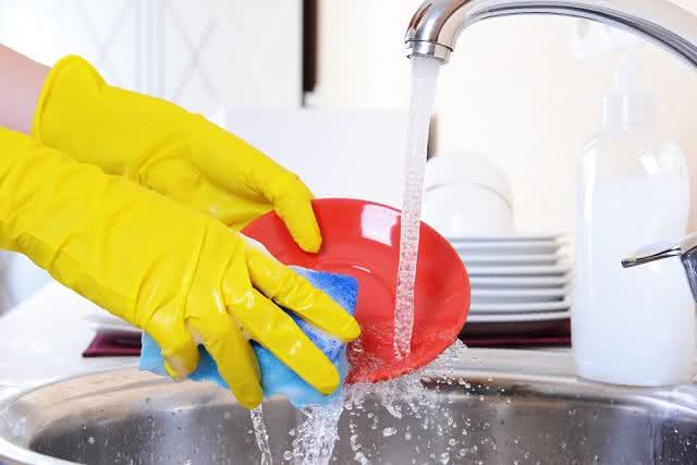Otimize seu tempo ao lavar a louça seguindo esse passo a passo