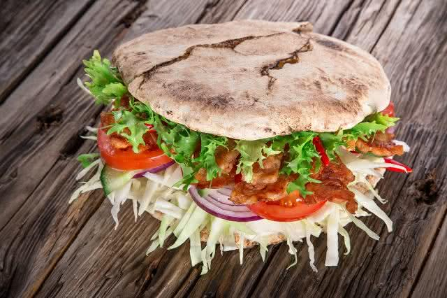 Prepare um delicioso sanduíche de frango com pão pita