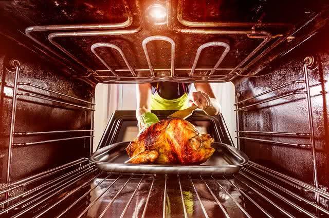 Saiba como limpar as grades do forno a gás sem 'dor de cabeça'
