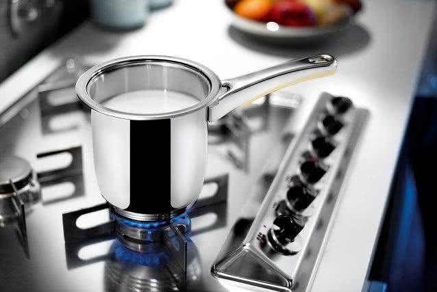 truque-ideal-para-evitar-que-o-leite-derrame-enquanto-ferve