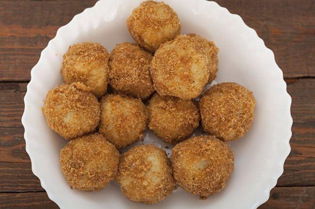 Para dar uma incrementada nas refeições ou até como petisco, os bolinhos de casca de batata são opções saudáveis e saborosas