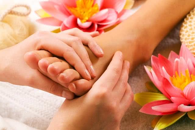Massagem dos pés com flores.