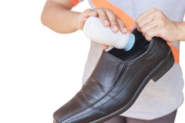 Colocando talco no sapato.